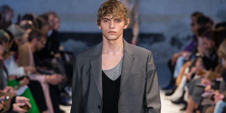 Alessandro Dell'Acqua re-establishes the male wardrobe with N ° 21