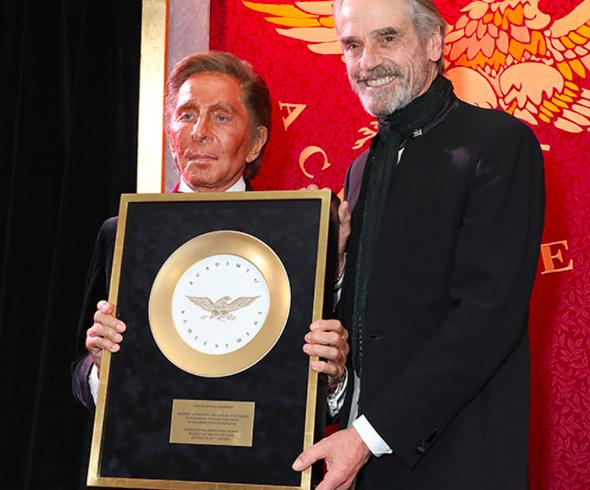 A Valentino Garavani il Golden Plate Award