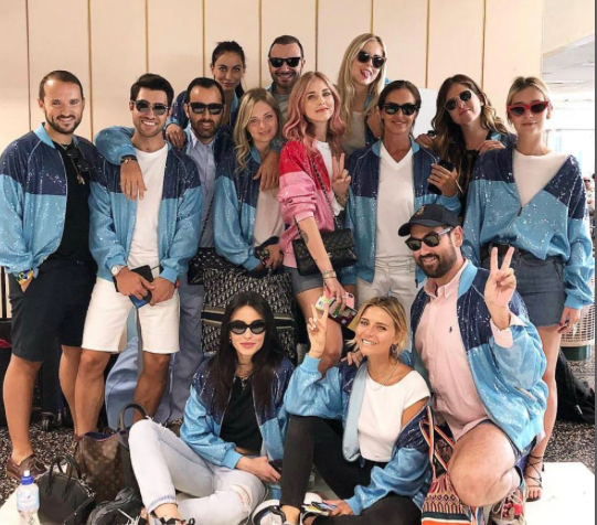 Alberta Ferretti signs the cheerful jacket of Chiara Ferragni's bachelorette party