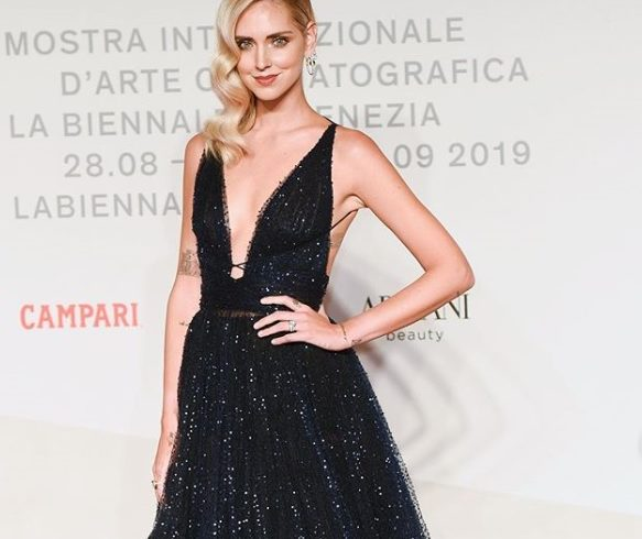 Chiara Ferragni, red carpet with family tribe for the film (discussed) about her life