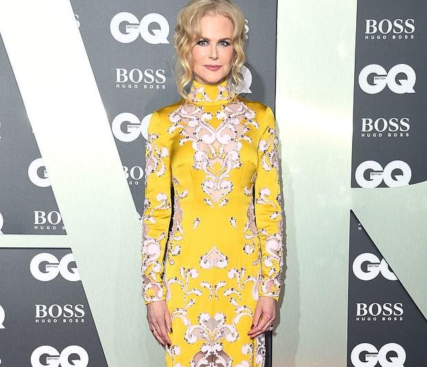 Nicole Kidman cattura l'occhio in un abito giallo stampa paisley mentre risplende sul tappeto rosso