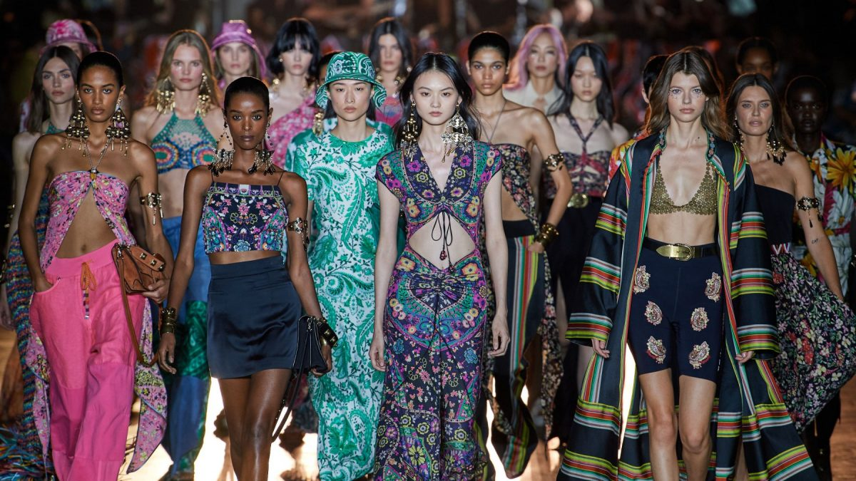 Etro, S/S 2022 collection between '70s and '90s atmosphere